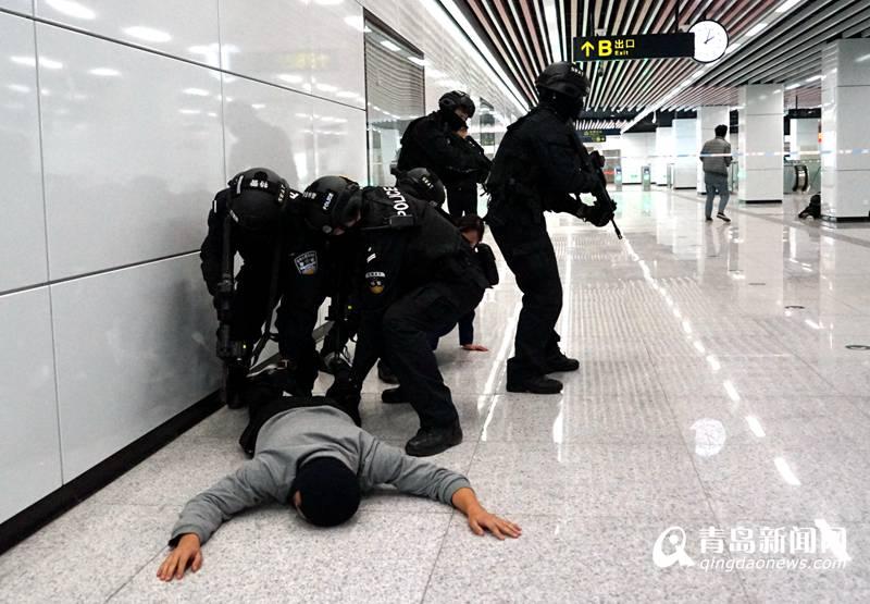 """高清:地铁2号线反恐演练 狙击手击毙""""歹徒"""""""