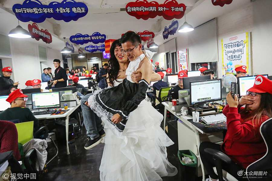 """青岛:电商""""双十一""""夜销量冲2亿 男老板穿婚纱助威"""