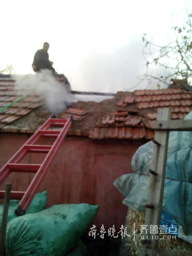 邻家失火 胶州六旬保洁员爬上屋顶救人(图)