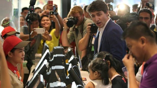 加总理现身菲律宾快餐店 菲民众尖叫:他太帅了