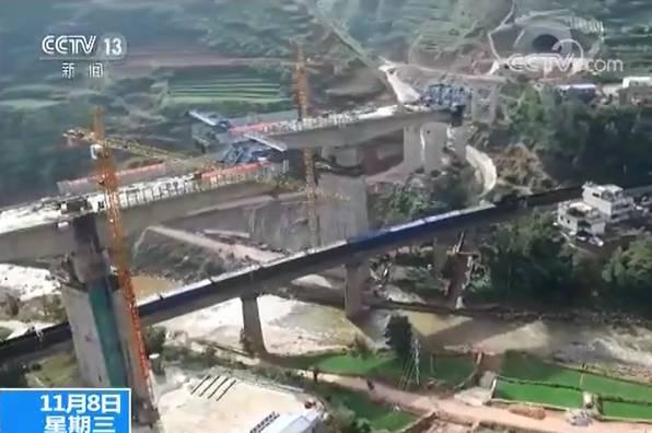 40多米高连着桥墩转体 不是科幻电影而是中国桥