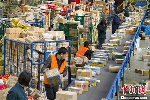 11月13日,山西太原,邮政工作人员分拣快递