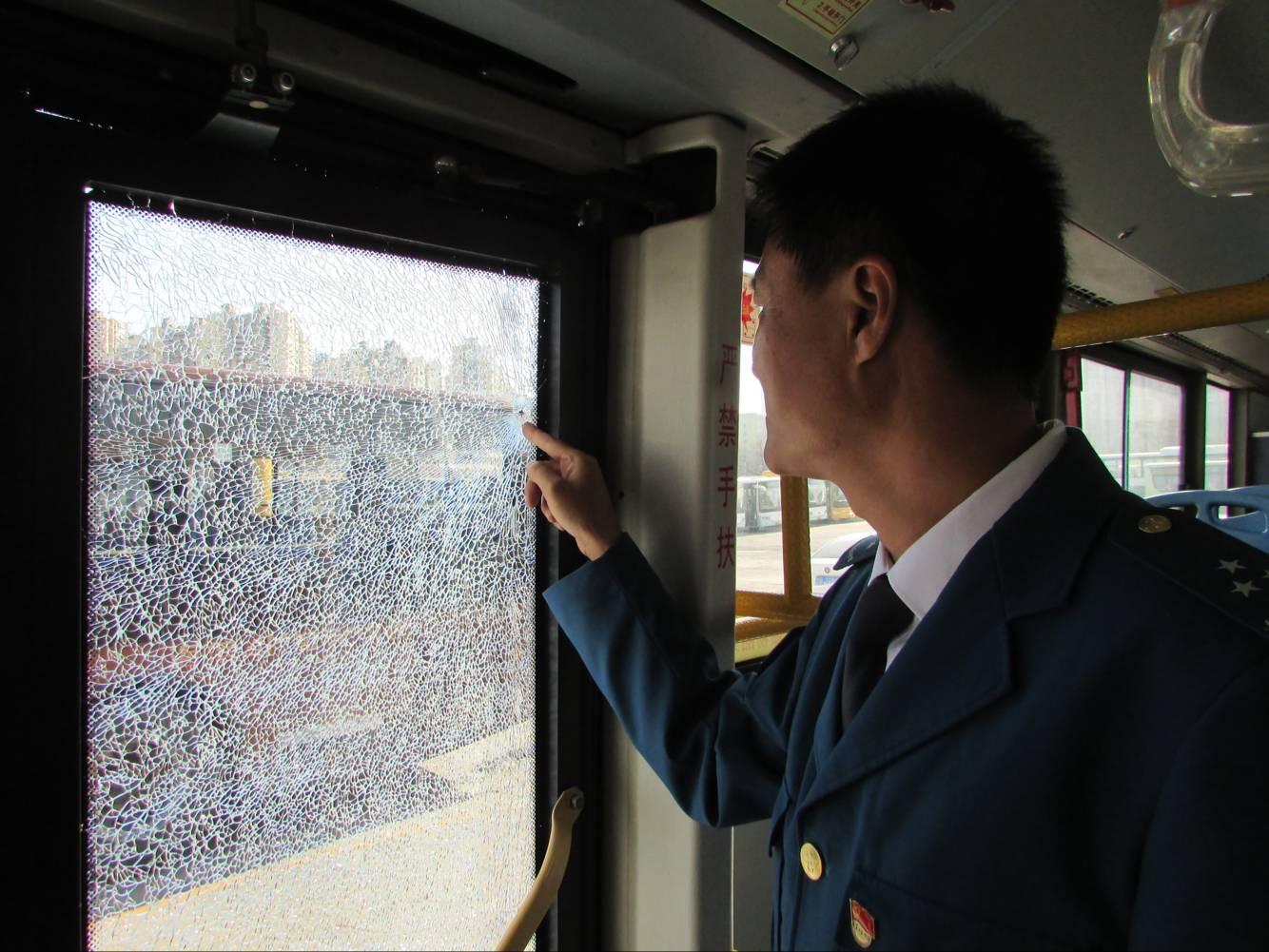 公交车行驶途中遭飞来横祸 车门玻璃碎成网状