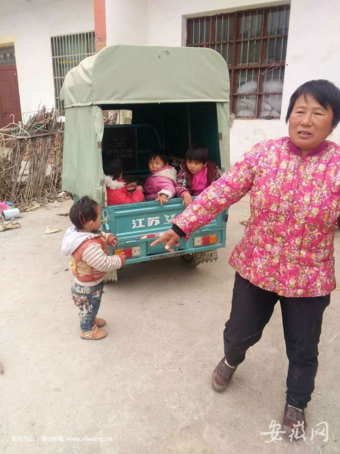 孕妇儿童5人落水 过路卖馍哥冲入水中全部救起