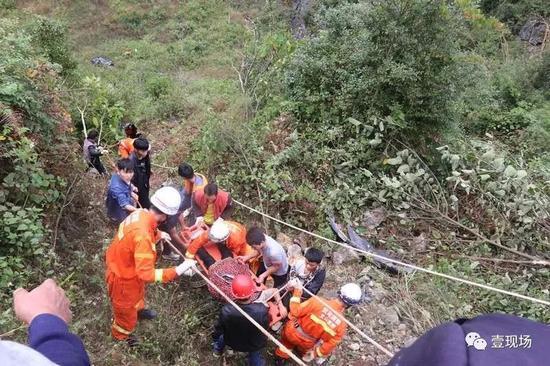 越野车坠百米深崖 车上7人被甩出车外均奇迹生还