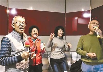 """50岁以上可免费唱KTV 公园老人改当""""麦霸""""(图)"""