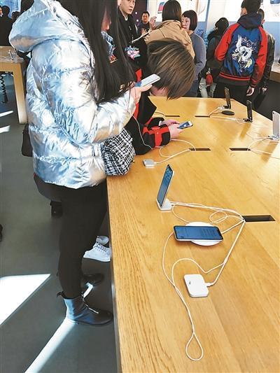 新买iPhoneX用不到半个月掉漆 男子表示很焦灼