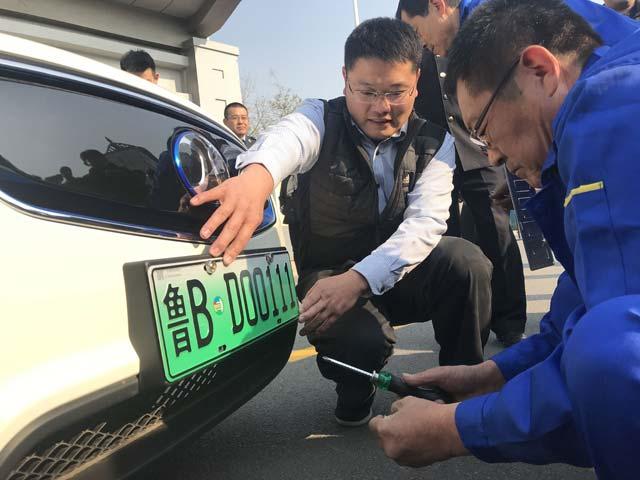 青岛市新能源汽车号牌发放 第一个领到的是他