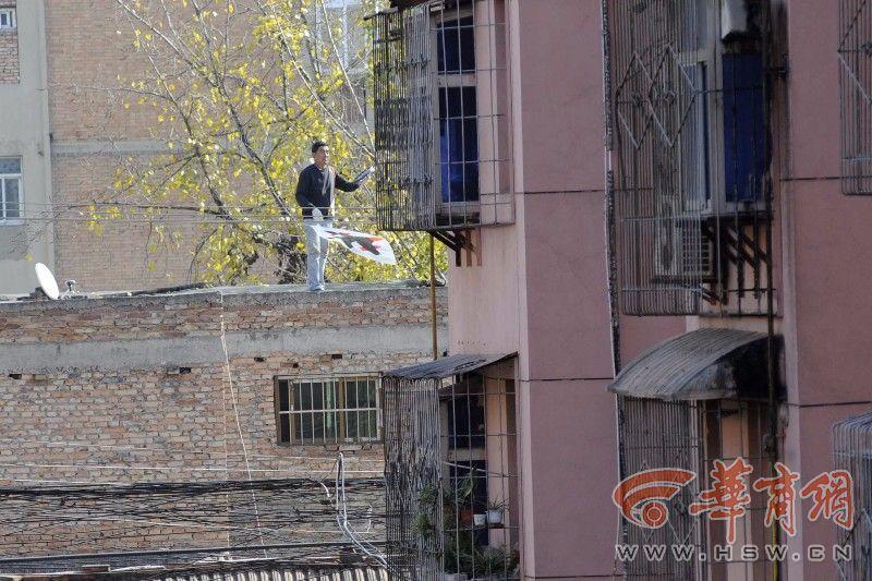 金沙网上娱乐送27:男子不顾危险站楼顶放风筝_市民以为他要跳楼