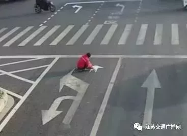 金沙国际娱乐网址:年度最强PS就是他!男子徒手画马路标线整晕司机