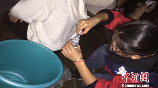 金沙国际娱乐场官网:鲨鱼排泄用力过猛致肛门脱落_医生水中手术缝合