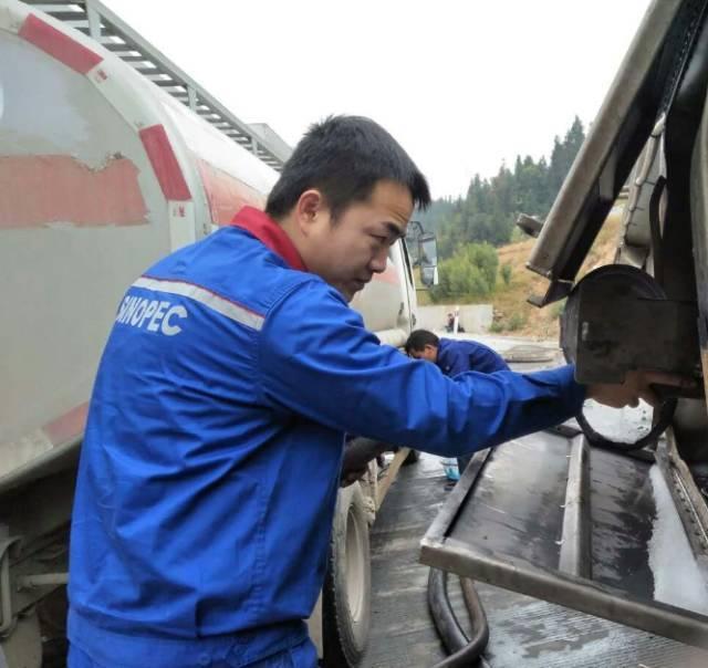 金沙国际娱乐网址:高速路上罐车侧翻_20余吨柴油流入高速下方农田