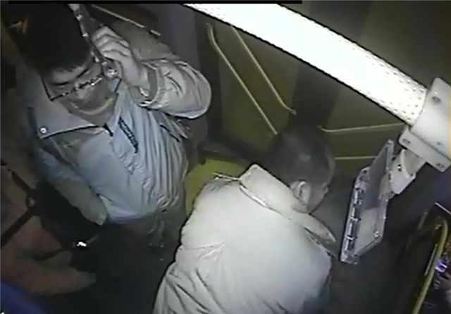 乘客乘车突发癫痫_青岛好司机把手塞进他嘴里