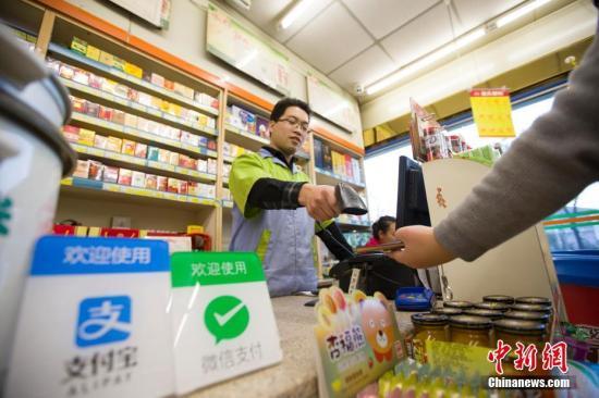 资料图:山西太原,民众正在使用手机支付。 <a target='_blank' href='http://www.chinanews.com/'>中新社</a>记者张云摄