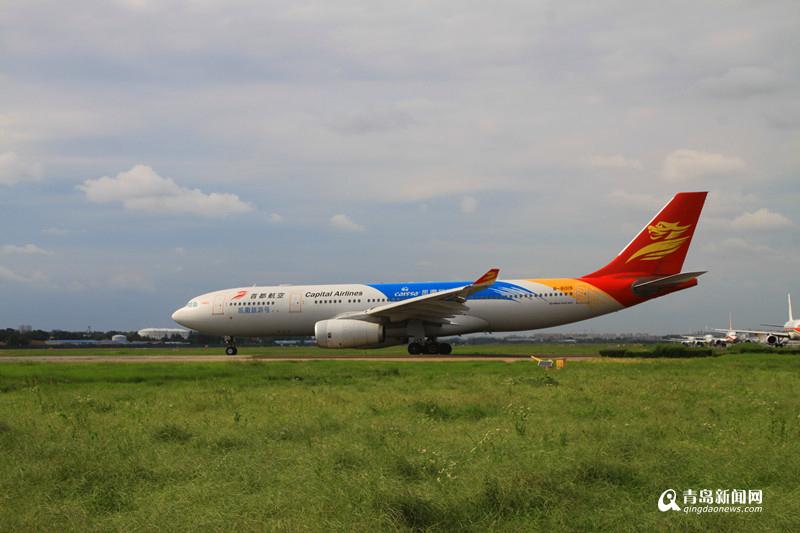 目前,青岛机场停靠的主力机型主要为C类机型,包括空客A320系列与波音B737系列,可载客140-180人,东航、山航、南航、厦航、吉祥等主要航空公司的机队组成大多为C类飞机;通常洲际航线常飞E类大机型,包括A330、A340、B777系列,可载客380-420人,其中A340为本场停靠最大机型,执飞汉莎航空公司德国法兰克福-青岛-法兰克福直航航线,这也是青岛机场开通的第一条洲际直航航线。