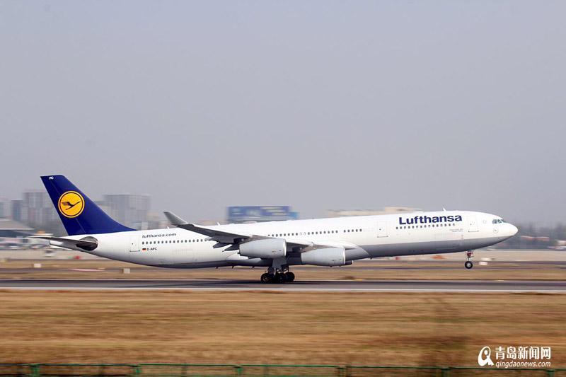 飞机从机场南侧飞入降落,站在白沙河旁即可欣赏到各种型号的飞机从