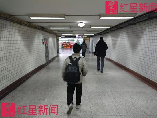 澳门电子游艺:体操冠军再现身地铁卖艺:每天仅有四五十元进账