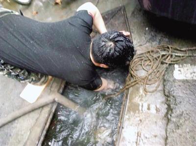 线上澳门赌博开户:维修工雪天赤膊修水管走红网络:泡水作业是常事