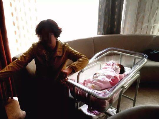 幼女身亡老夫妻花65万代孕生子 拿到出生证时傻