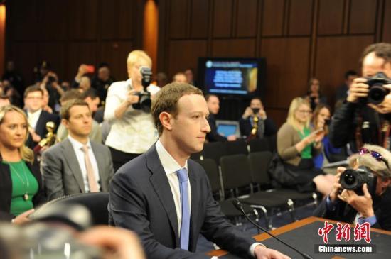 当地时间4月10日,美国社交媒体平台脸书的首席执行官马克·扎克伯格在美国参议院司法委员会和商业、科技和运输委员会举行的联合听证会上作证,并就脸书数据被滥用等问题道歉。 <a target='_blank' href='http://www.chinanews.com/'>中新社</a>记者邓敏摄