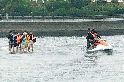 贪恋美景9名游客被松狮犬图片困海中救援队成功将游客救上岸