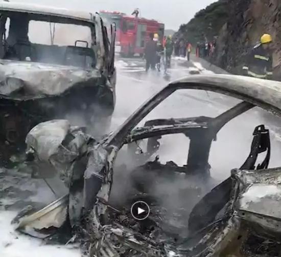 最美新娘!美女护士蜜月游遇见车祸 烈火中救4人(图)