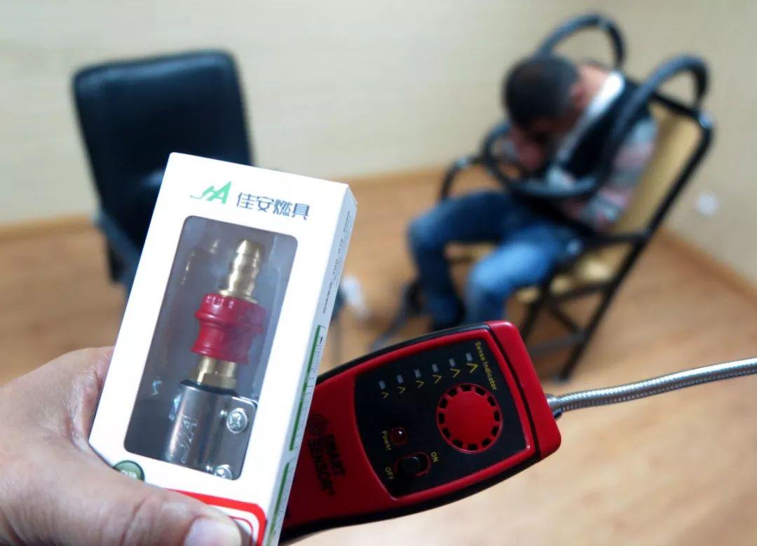 作案使用的假冒伪劣燃气安全阀和手控漏气检测设备图片