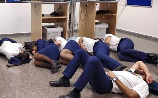3名欧洲空姐集体睡地板 照片传网上被公司开除(图)