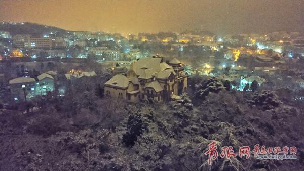 组图:一夜之间,雪漫青岛!比雪景更美的是他们