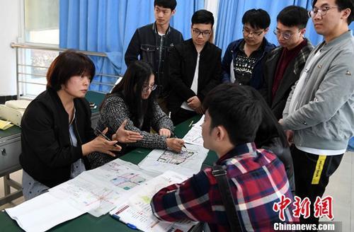 资料图:台湾教师正在与学生进行交流、探讨。<a target='_blank' href='http://www.chinanews.com/'>中新社</a>记者刘可耕摄