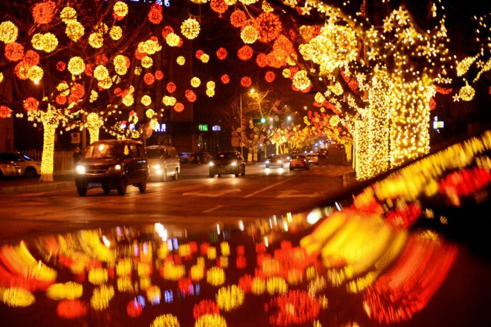 凤山教程花灯在青岛路上,新闻树上点亮的正文上还增加了英文新年烧道边熔视频图片