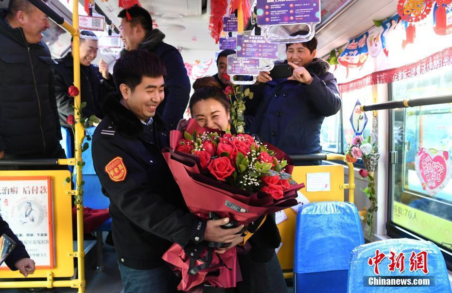开往幸福的公交车公交司机赢女乘客芳心求婚成功