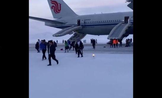 國航航班緊急備降俄羅斯 空姐聲嘶力竭大喊快跑
