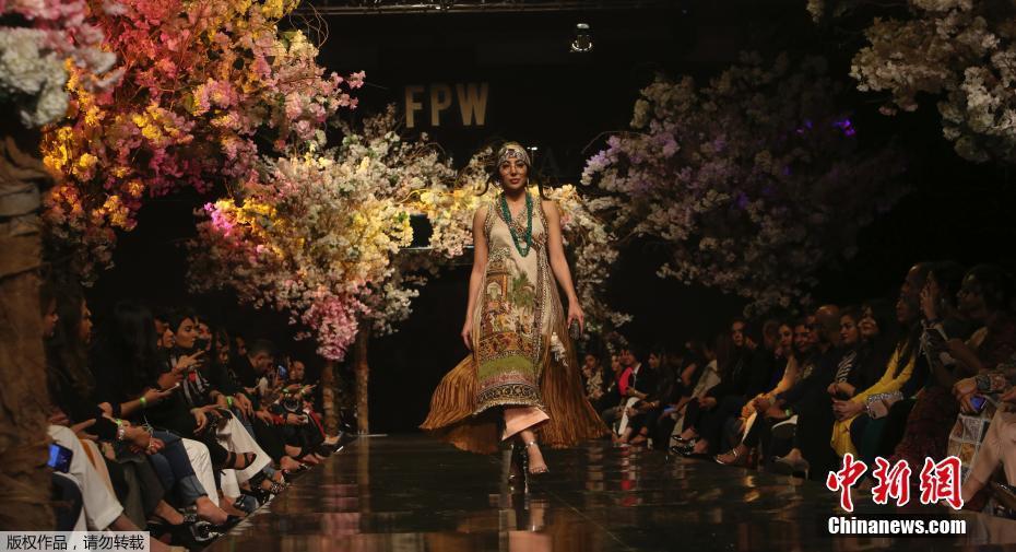 """巴基斯坦时装周举办模特着美服""""林""""中走秀"""