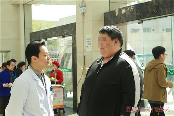 380斤小伙缩胃减重 术前医生请他大吃汉堡缓压