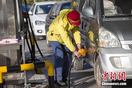 资料图:山西太原,车辆正在加油站加油。<a target='_blank' href='http://www.chinanews.com/'>中新社</a>记者张云摄