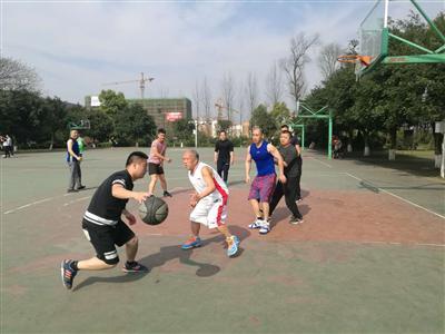 七旬大爷开宝马打篮球 三尺一的腰打成二尺六