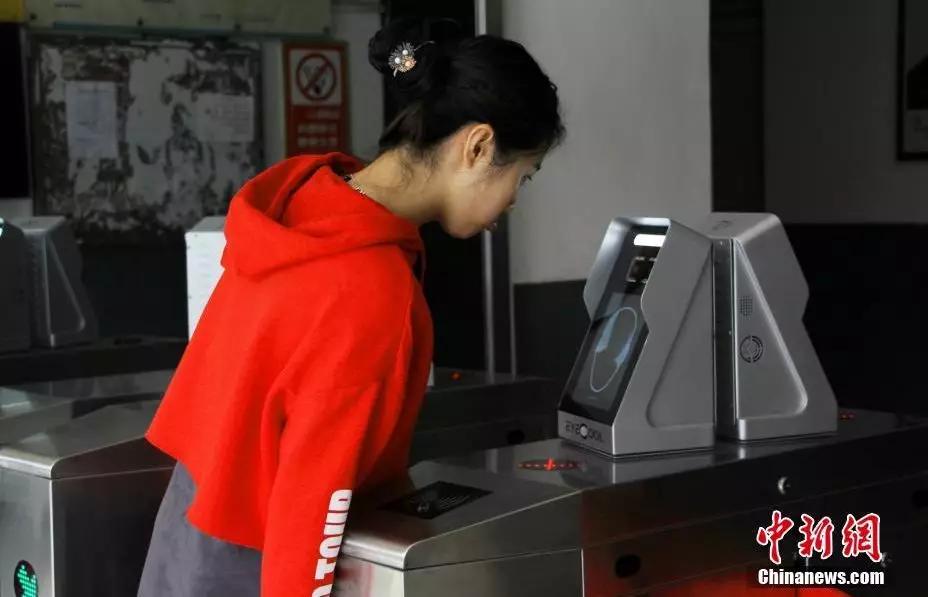 """王以照 摄 但自动打饭机的加入 却让手抖大法这一""""绝学""""在柳东校区 面临这失传的危险 5秒钟"""