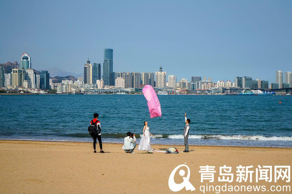 高清:暖风吹得游人急 已有人在享受阳光沙滩了