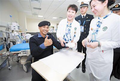"""文莱海军士官长""""点赞""""青岛医生"""