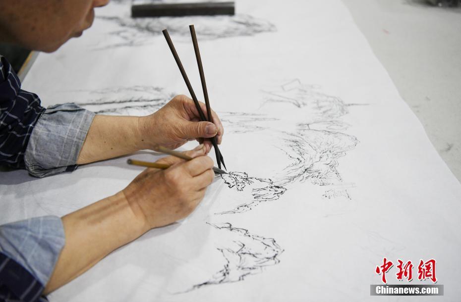 长春古稀老人可双手多笔同时作画