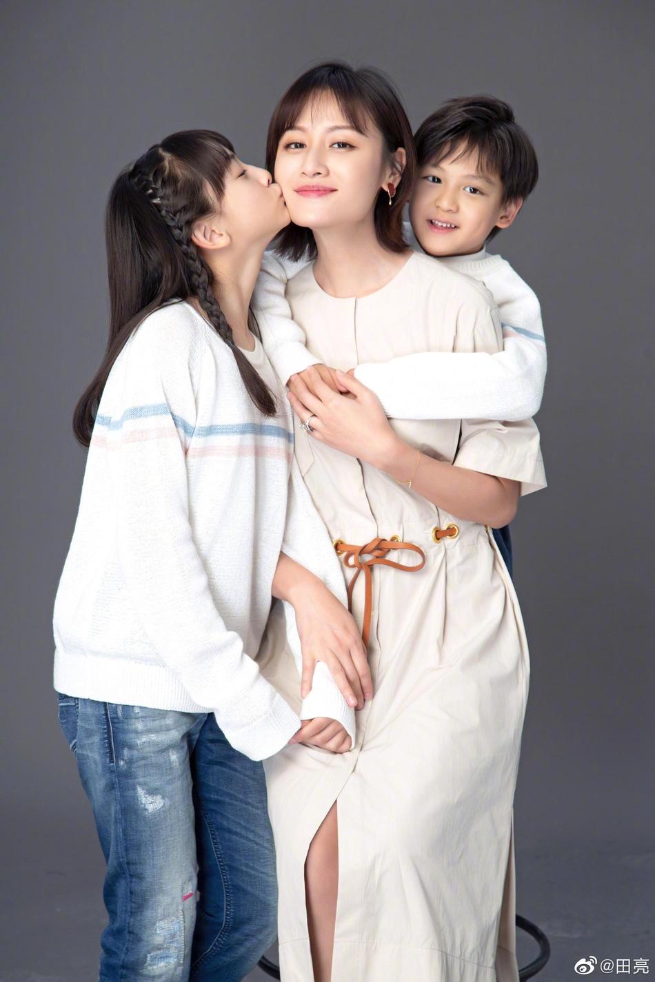 田亮在微博晒出妻子叶一茜皇冠现金娱乐官网和一双子女的写真照庆祝母亲节