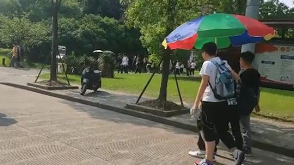 四大学男生合撑巨伞防晒:打小伞怕被说太娘,锁定我的幸福
