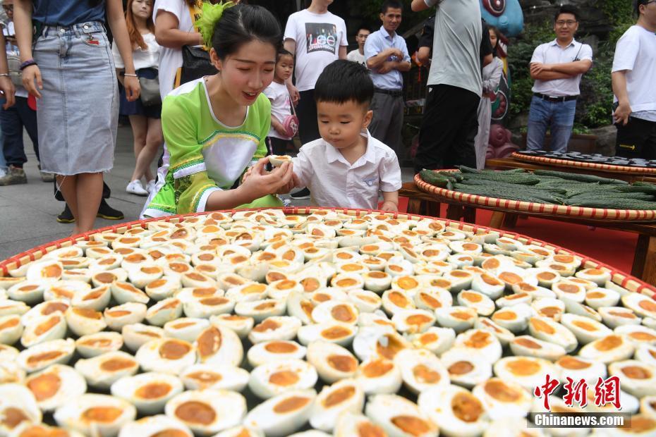 五黄拼盘迎端午游客体验江南传统习俗