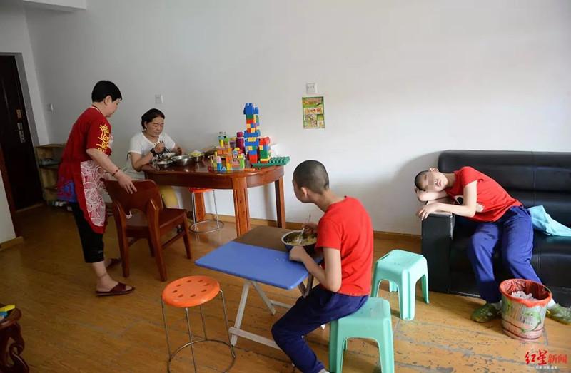 3个孩子都患有脑瘫 这位母亲不懈陪伴22年(图),莲妖倾城