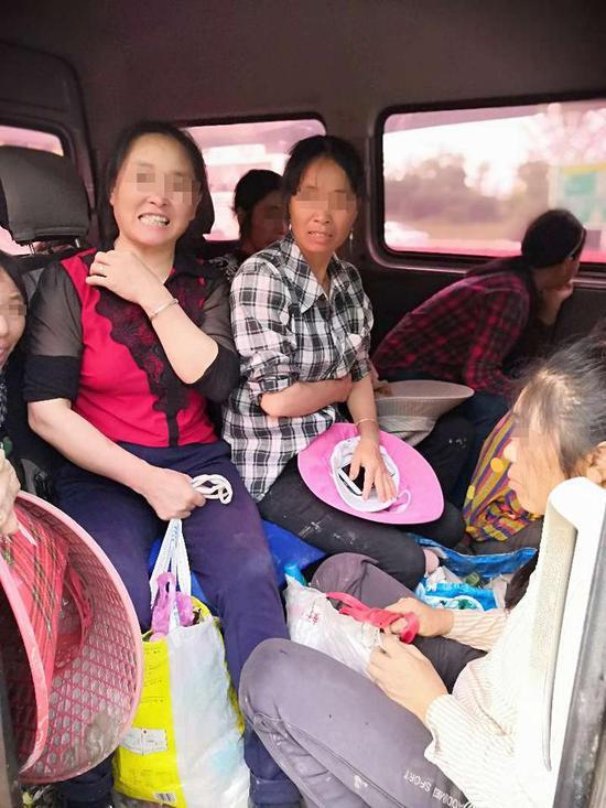 核载6人的小客车挤进17位阿姨 光后备箱就坐8人,当时明月在雪凤歌