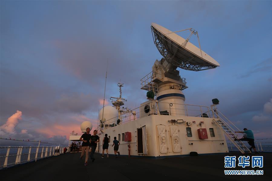远望3号船穿越赤道驶向测控任务海域