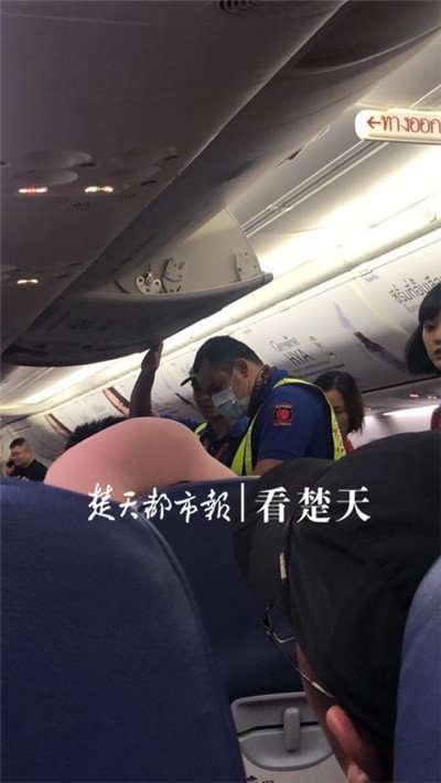 泰国至武汉航班滑行时 一男子突然打开安全门