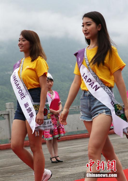 组图:国际旅游小姐洲际大赛佳丽恩施大峡谷走