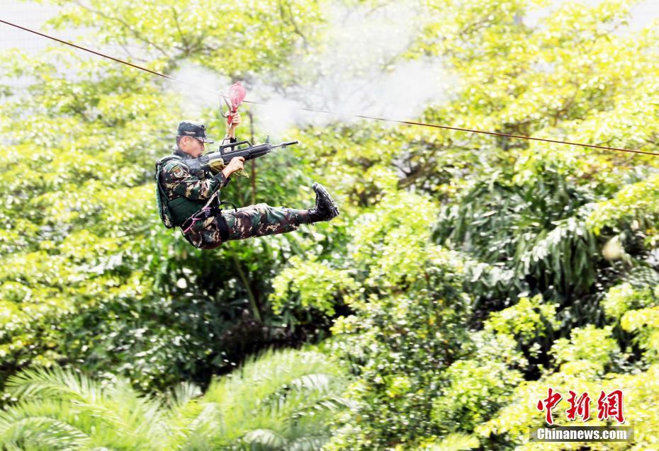 """驻港解放军开放昂船洲军营欢庆""""七一"""""""